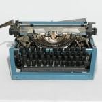 Машинка пишущая голубого цвета с чехлом